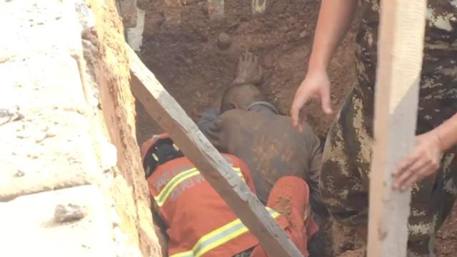 工地塌方1人被埋,消防徒手刨土施救
