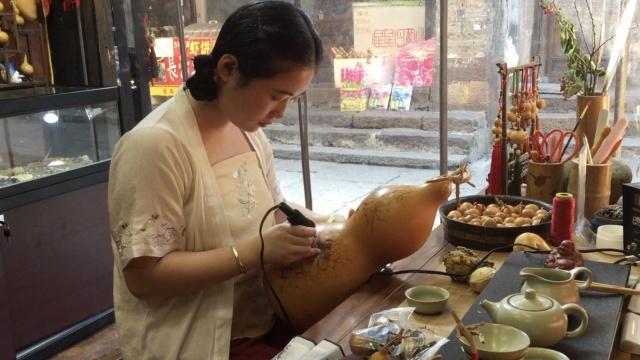90后女孩藏古镇,葫芦作画惟妙惟肖