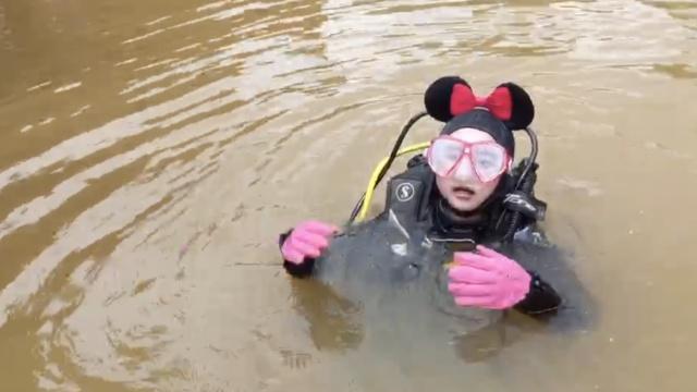 美女蛙人扮米奇,为黑龙潭疏通管道