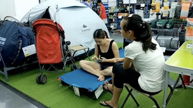 商场蹭凉族:睡帐篷地上滚,全家上阵