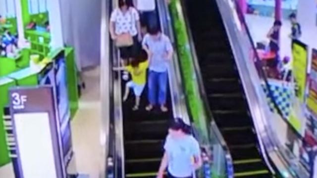 监拍:电扶梯吞男童右脚,绞断3趾