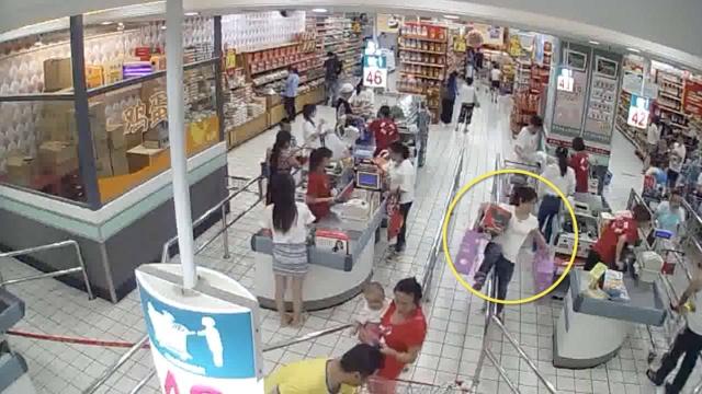 女子大摇大摆偷超市,让孩子等门口