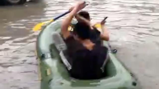 青岛暴雨成河,市民皮划艇上路
