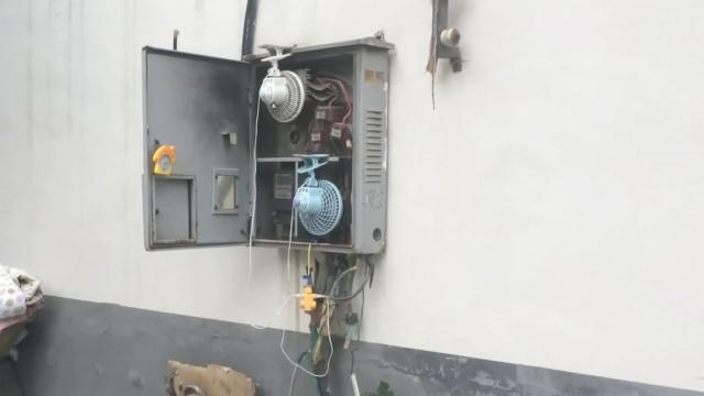 长见识!居民怕电箱中暑,挂风扇吹