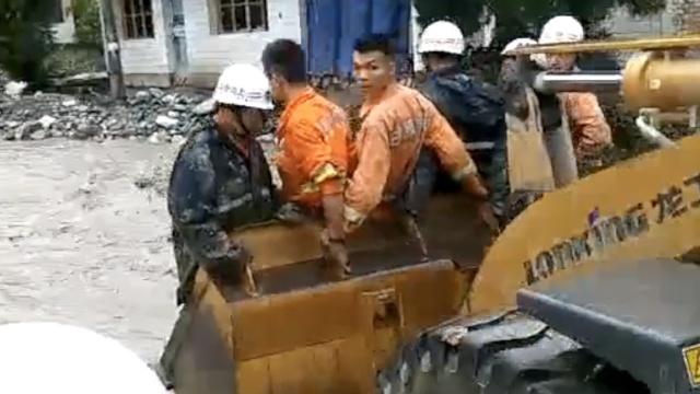 甘肃暴洪泥石流致7死4伤,千人转移