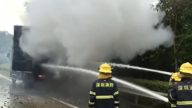 货车行驶中起火,一车电池噼啪爆炸