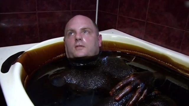 这里用石油洗澡,洗十分钟3000元
