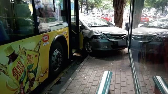 监拍:轿车迎面撞上公交,乘客吓呆