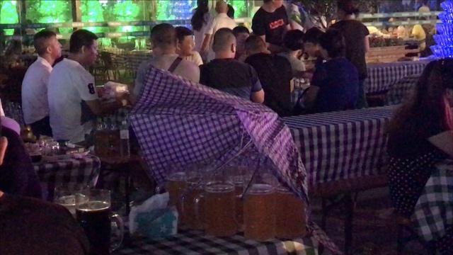 """當啤酒節遇到雨:打傘繼續""""哈"""""""
