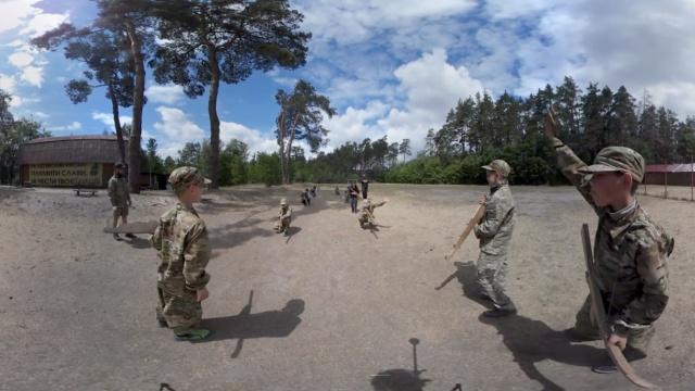 战斗民族军事夏令营:学生学习枪械