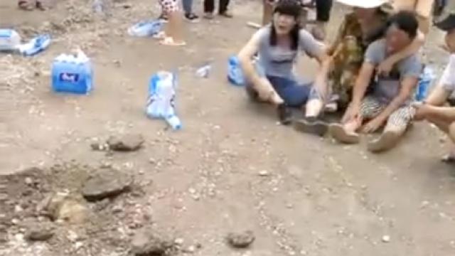 悲痛!失踪女童惊现施工路面下