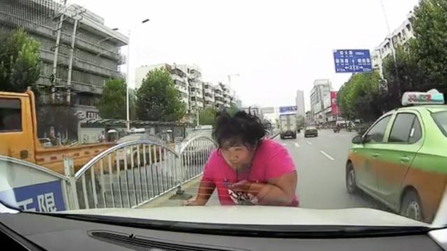 无下限!女子拦车要钱还用唾沫抹车