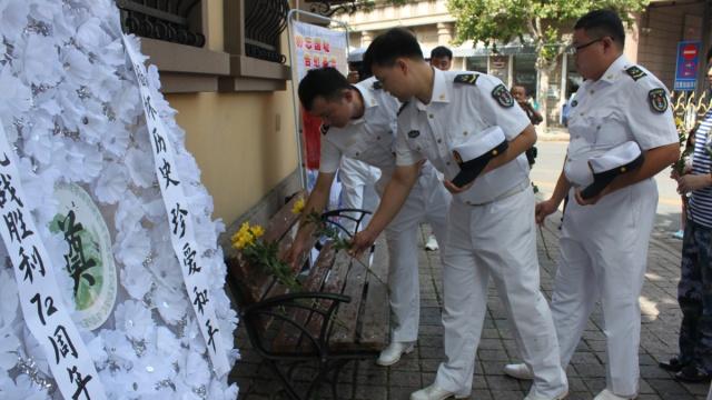 抗战胜利72周年,小学生为烈士献花