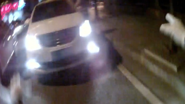 司机逃避酒驾检查,逆行冲卡撞民警