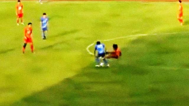 中国足球暴力再现!飞踹踢折对手
