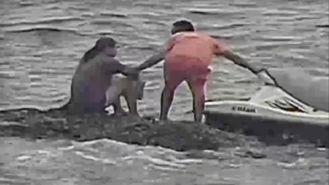 女子坐海中礁石欲轻生,险被吞没