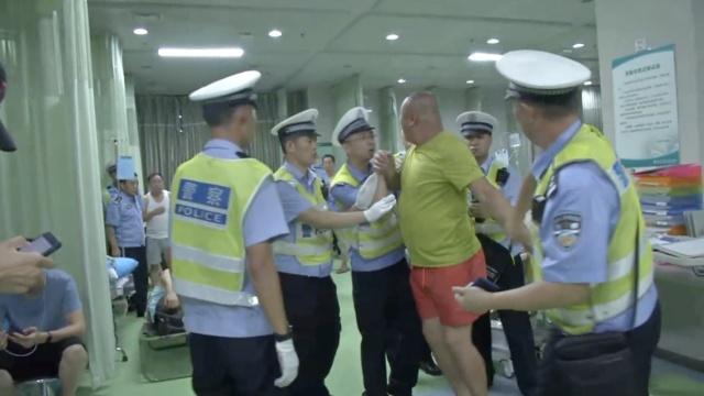 酒司机闯卡被截怒怼交警:杀了你