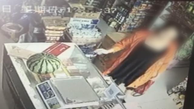 女子假装买瓜,偷走收银台旁减肥药