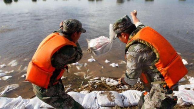 为什么抗洪时,要往水里扔沙袋?