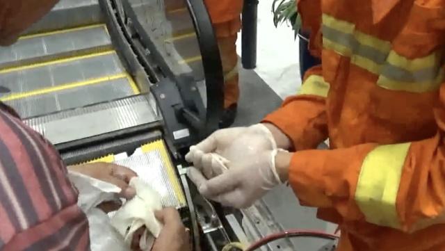 男童2脚趾被夹断,消防拆扶梯寻断趾