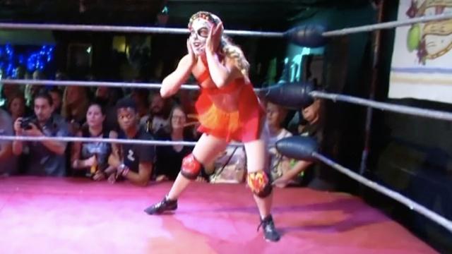 这些女子点燃了伦敦的摔角现场!