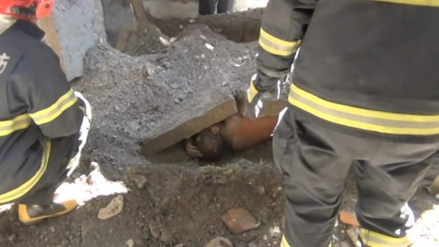老房坍塌男子被埋,双腿砸伤直哭嚎