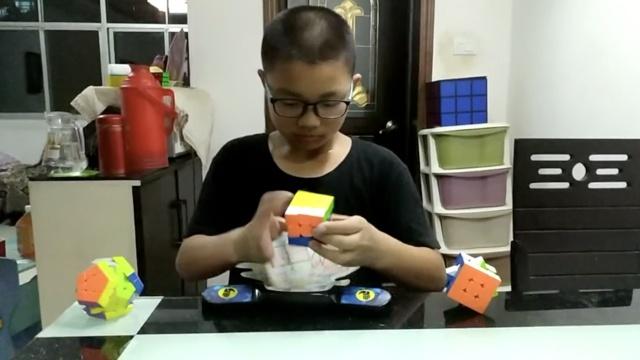 别眨眼!11岁少年8秒完成三阶魔方