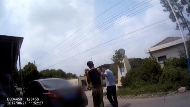 网逃被抓棍打民警,被催泪瓦斯制服