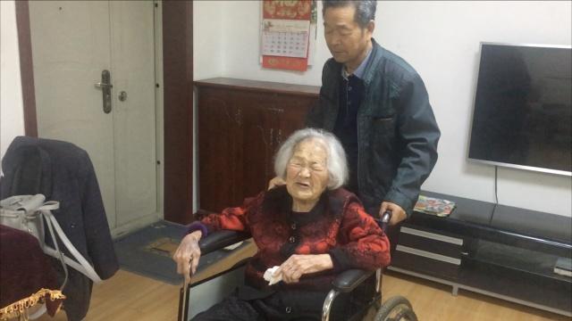 百岁老人 儿照顾她50年,孝心换长寿