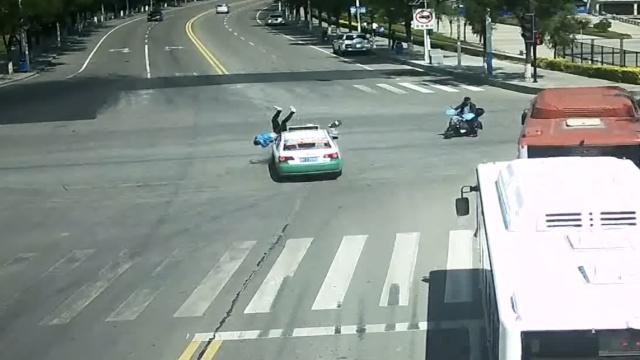 可怕!电动车惨烈事故合集,人被撞飞