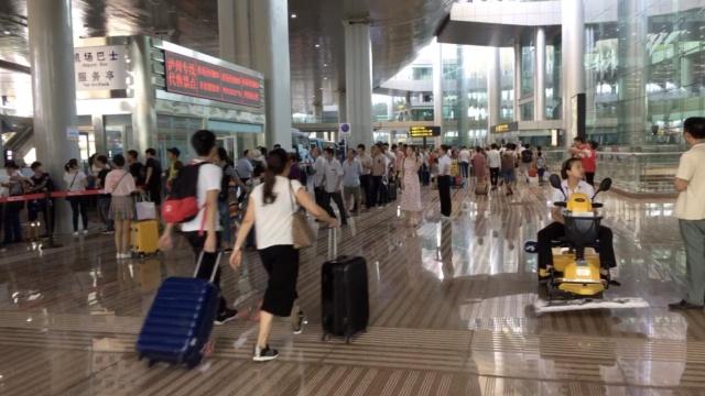 江北机场T2到T3,摆渡车座无虚席