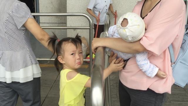 早安,重庆|女孩车站泪眼道别母亲