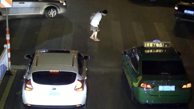 2小车司机人行道前礼让,她鞠躬致谢