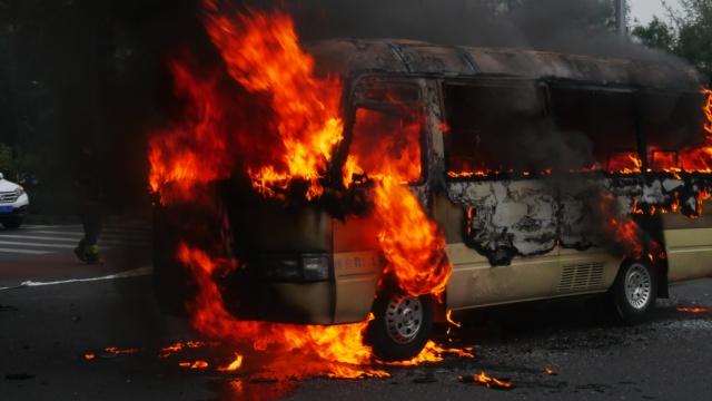 旅游中巴当街起火,烈焰吞噬车身
