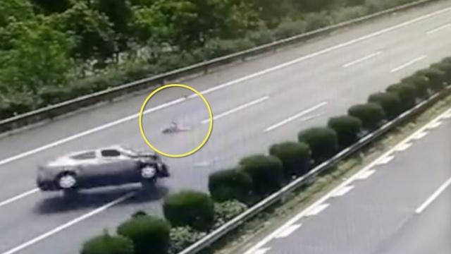 他疲劳驾驶撞大货,女儿被甩出车外