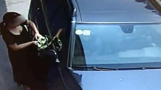 丈夫车上坐妙龄女,妻子拦车被轧死