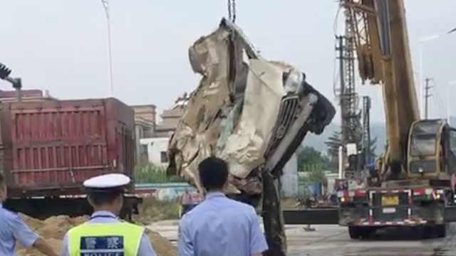 监拍:轿车迎面撞大货车,被压成片