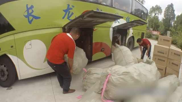 他把客车当货车,车厢狂塞2.8吨货物
