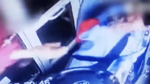 女公交司机遭突袭,被女子连扇巴掌