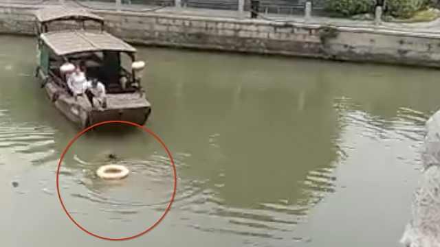 游客坐桥上仰摔落水,被清洁船救起