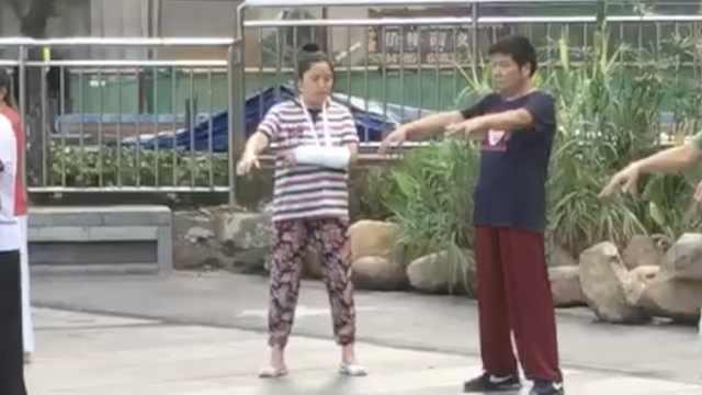 大姐很拼!手缠绷带,在公园练太极