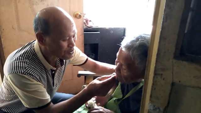 盲儿子照顾8旬瘫痪母亲:用嘴喂食