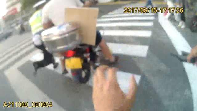 摩托车遇查加速逃窜,拖着交警狂奔