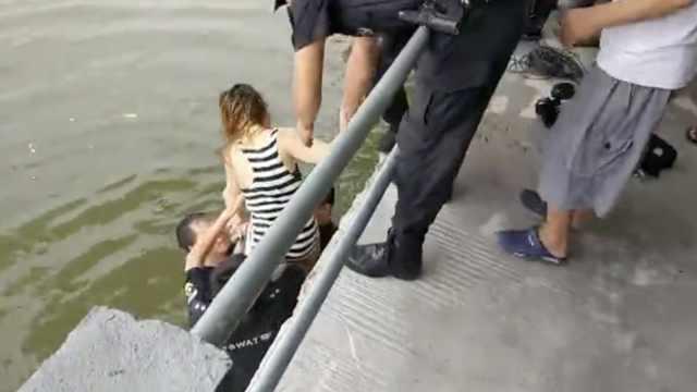 女子为情所困跳河,被救后不停挣扎