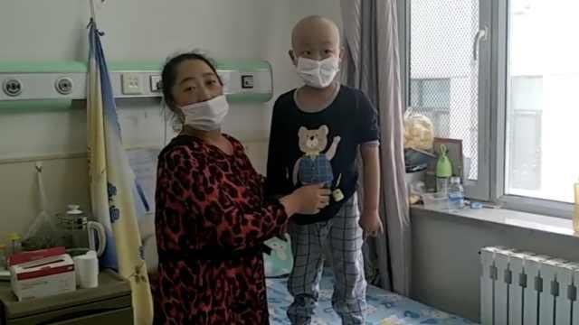 8岁男孩患白血病,父亲剃发安慰陪伴