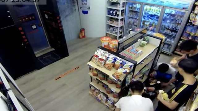 男子专偷无人超市,撕标签避扫描机