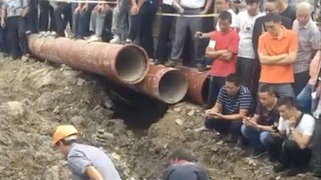 工地挖出古墓,工作人员现场开棺!