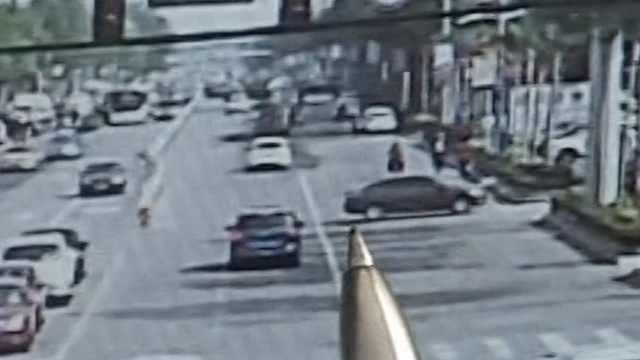 忘拉手刹车倒溜,跟着司机横穿马路