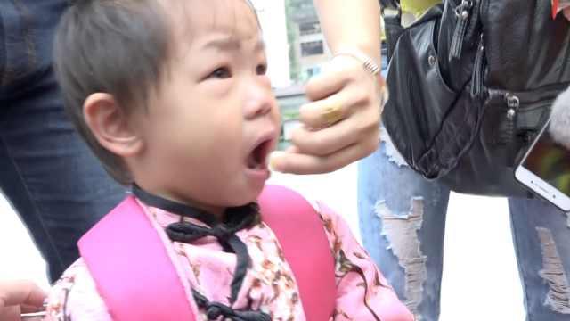 4岁娃手指被卡,妈妈喂小馒头哄着救
