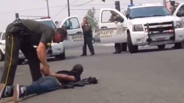 同样持枪,警察对白人从宽黑人从严